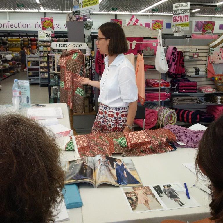 Photo des ateliers-démo Stylisme au magasin Tissus des Ursules de Ste-Geneviève-des-Bois : exemple de réflexion sur mannequin drapé d'un tissu par Christine CHARLES