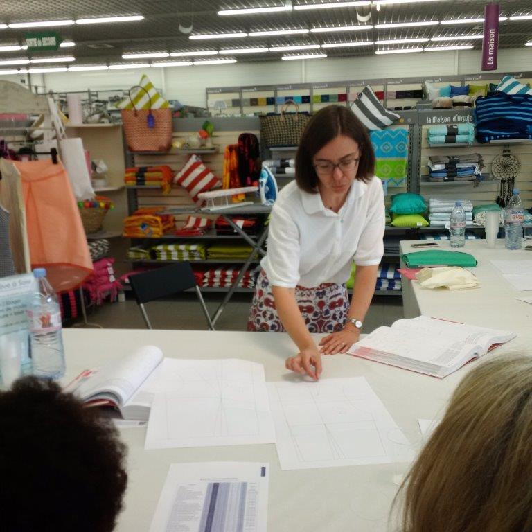 Photo des ateliers-démo Patronage au magasin Tissus des Ursules de Ste-Geneviève-des-Bois : explications patron de base par Christine CHARLES