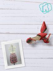 """Bandeau photo en vue de dessus représentant sur fond bois blanc : un cadre photo avec un jupe, une paire de chaussures d'été rouges à talon haut, et le logo de la formule """"rêve condensé"""" (un patron stylisé dans un nuage)"""