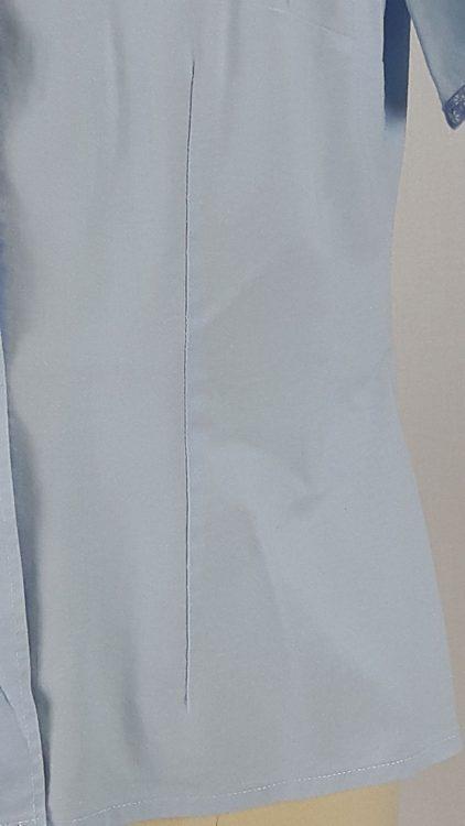 Vue de détail d'un chemisier bleu ciel avec empiècement d'épaule courbe, zoom sur la pince de taille devant - modèle exemple des ateliers Rêve à Soie