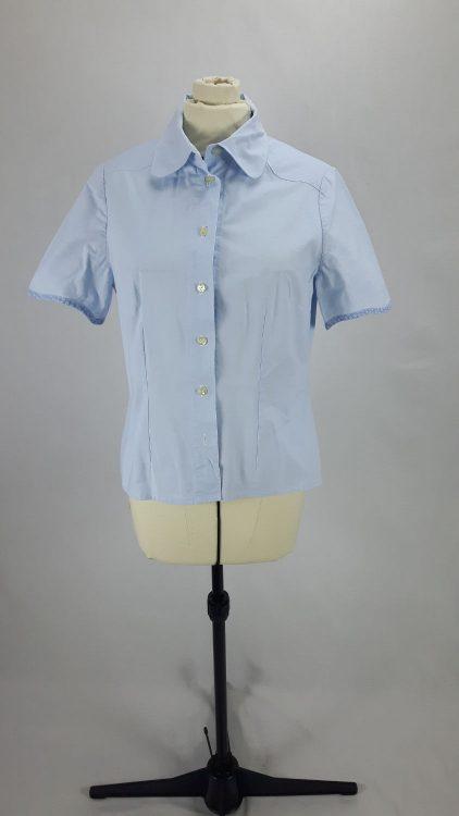 Vue de face d'un chemisier bleu ciel avec empiècement d'épaule courbe et bas de manches bordé de biais - modèle exemple des ateliers Rêve à Soie