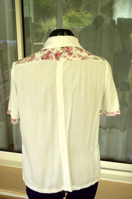 Vue de dos d'un chemisier blanc avec empiècement d'épaules à fleurs avec couture milieu dos - modèle d'une élève des ateliers Rêve à Soie