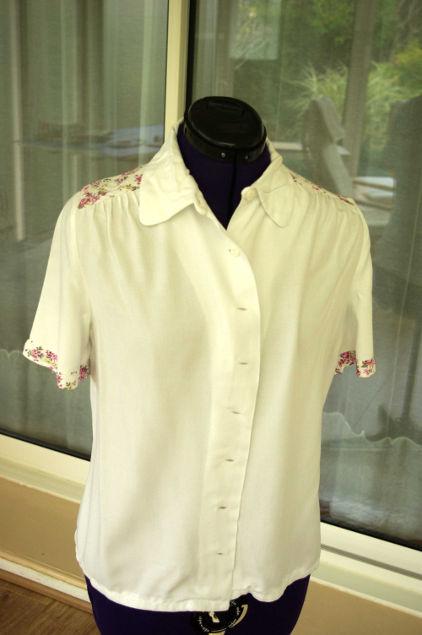 Vue de face d'un chemisier blanc avec empiècement d'épaules à fleurs froncé sur le devant - modèle exemple des ateliers Rêve à Soie