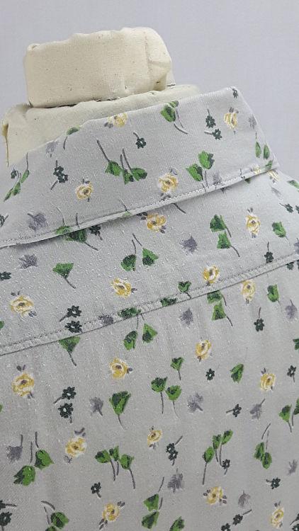 Vue de détail d'un chemisier en tissu style Liberty gris manches courtes, zoom sur le haut du dos et le col - modèle exemple des ateliers Rêve à Soie