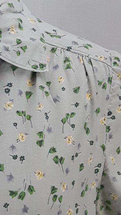 Vue de détail d'un chemisier en tissu style Liberty gris manches courtes, zoom sur l'empiècement d'épaule et le col - modèle exemple des ateliers Rêve à Soie