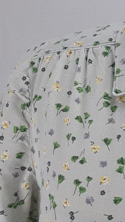 Vue de détail d'un chemisier en tissu style Liberty gris manches courtes, zoom sur l'empiècement d'épaule - modèle exemple des ateliers Rêve à Soie