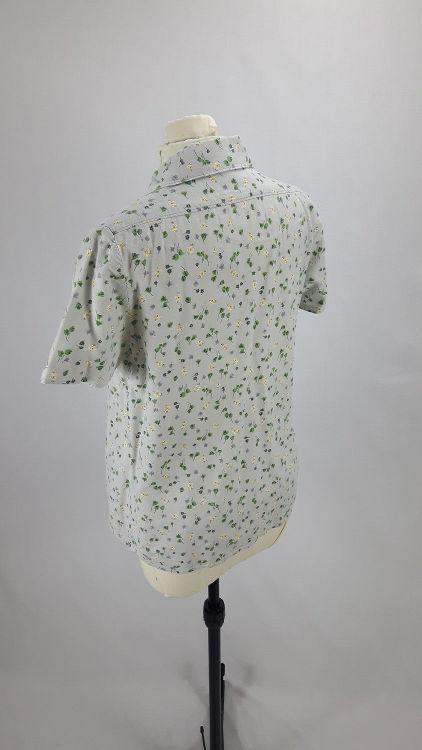 Vue de dos d'un chemisier en tissu style Liberty gris manches courtes avec empiècement d'épaule - modèle exemple des ateliers Rêve à Soie