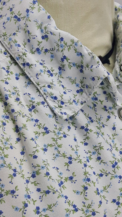 Vue de détail d'un chemisier court en tissu style Liberty manches courtes, zoom sur le col chemisier - modèle exemple des ateliers Rêve à Soie