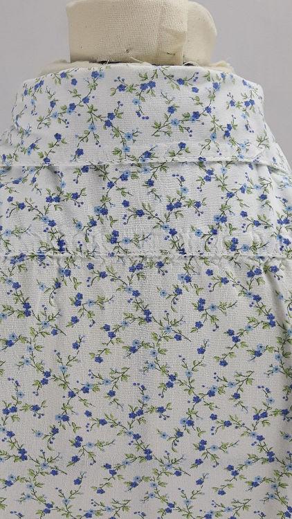 Vue de détail d'un chemisier court en tissu style Liberty manches courtes, zoom du haut du dos avec le col chemisier et l'empiècement d'épaule - modèle exemple des ateliers Rêve à Soie