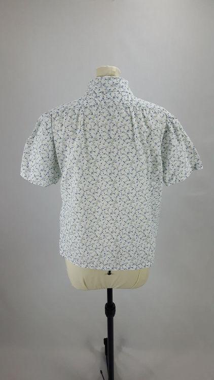 Vue de dos d'un chemisier court en tissu style Liberty manches courtes - modèle exemple des ateliers Rêve à Soie