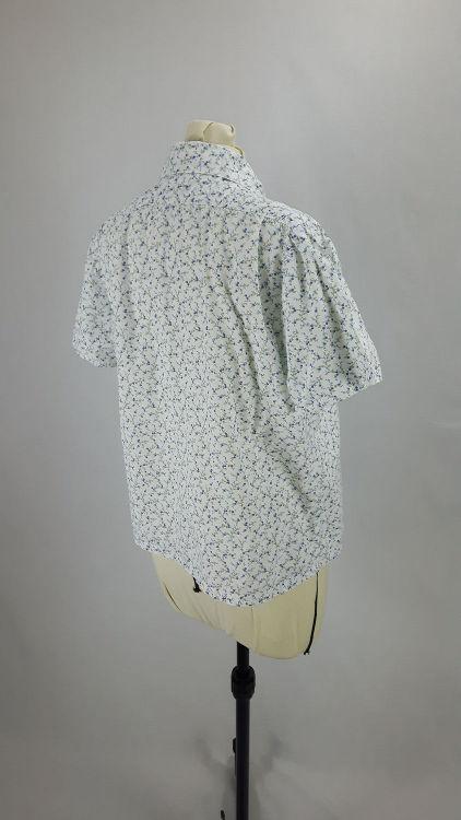 Vue de 3/4 dos d'un chemisier court en tissu style Liberty manches courtes - modèle exemple des ateliers Rêve à Soie