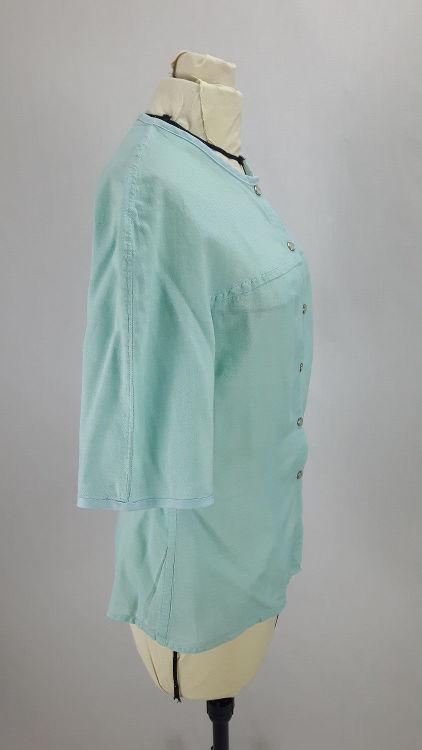 Vue de profil d'un chemisier en coton vert d'eau à manches raglan, découpe horizontale - modèle exemple des ateliers Rêve à Soie