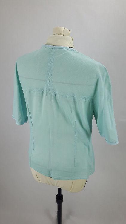 Vue de dos d'un chemisier en coton vert d'eau à manches raglan, découpe horizontale - modèle exemple des ateliers Rêve à Soie