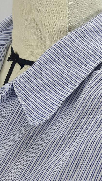 Vue de détail d'un chemisier manches courtes en tissu rayé bleu, zoom sur le col chemisier vu de côté et l'encolure - modèle exemple des ateliers Rêve à Soie