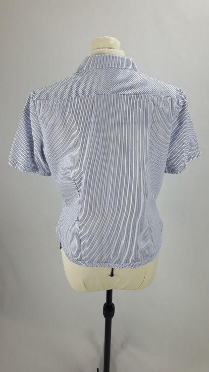 Vue de détail d'un chemisier manches courtes en tissu rayé bleu, vue du dos - modèle exemple des ateliers Rêve à Soie