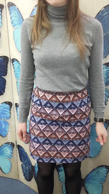 Vue de face d'une jupe droite sur-mesure réalisée dans un tissu coloré un peu épais - modèle d'une élève des ateliers Rêve à Soie