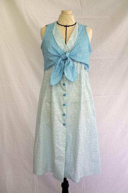 Vue de détail d'une robe d'été sans manche réalisée en deux tissus à dominante turquoise, vue globale sur le cache-cœur noué - modèle d'une élève des ateliers Rêve à Soie