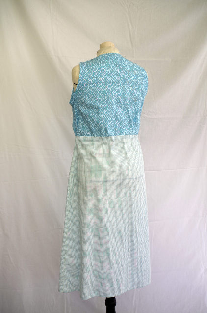 Vue de dos d'une robe d'été sans manche réalisée en deux tissus à dominante turquoise - modèle d'une élève des ateliers Rêve à Soie