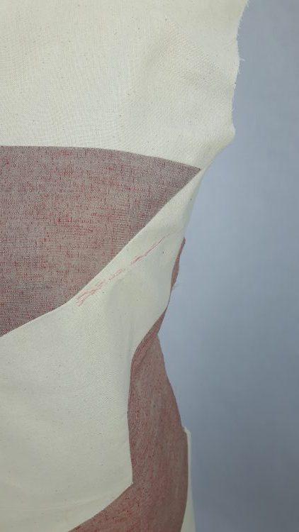 Détail d'une toile bicolore, avec retouche, d'une robe à découpes en forme de grand pied de poule - modèle exemple des ateliers Rêve à Soie