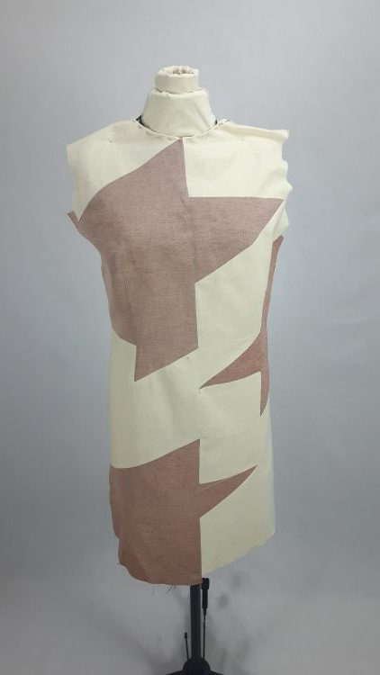 Toile bicolore d'une robe à découpes en forme de grand pied de poule - modèle exemple des ateliers Rêve à Soie