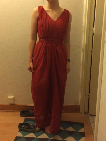 Robe rouge brique en drapé vertical très longue avec ceinture, encolure en V profond, sans manches - modèle d'une élève des ateliers Rêve à Soie