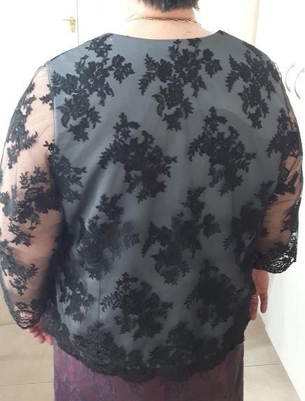 Vue de dos d'un top en satin recouvert de dentelle avec manches longues en dentelle - modèle d'une élève des ateliers Rêve à Soie