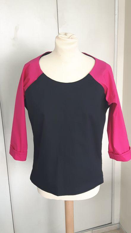 Vue de face d'un T-shirt bicolore rose fushia et noir, avec manches 3/4 raglan - modèle d'une élève des ateliers Rêve à Soie