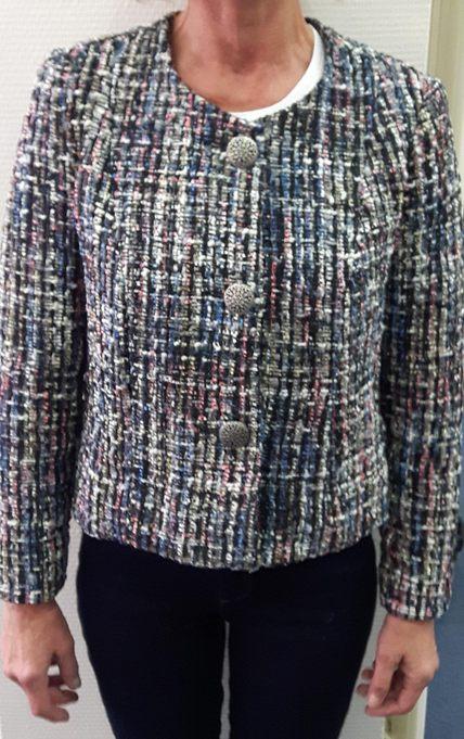 """Vue de face d'une veste style """"petite veste Chanel"""" droite et sans col dans un tissu en lainage multi-colore - modèle d'une élève des ateliers Rêve à Soie"""