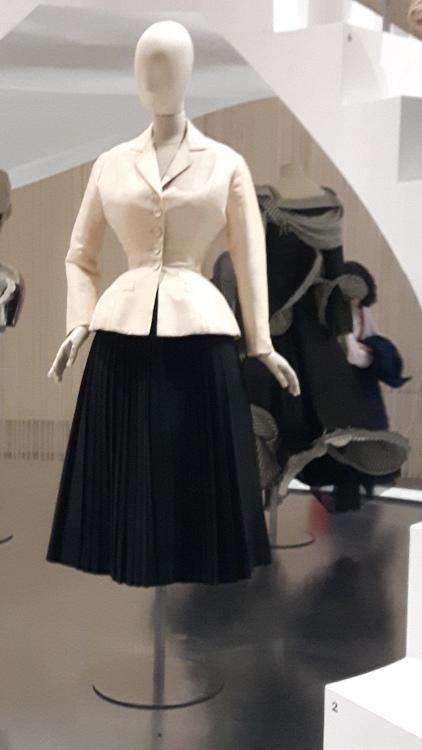 """Photo du tailleur bar (veste blanche très cintrée et très ample aux hanches et jupe noire ample) de Christian Dior prise à l'exposition """"3 siècles de mode"""" en 2016 au musée des Arts Décoratifs"""