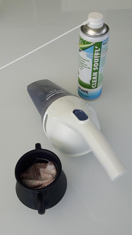 Photo d'une poubelle de table, un aspirateur à main et un bombe d'air comprimé pour illustrer les solutions pour assurer la propreté de votre espace de couture