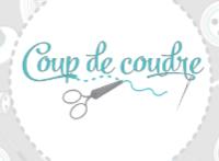 Logo de la boutique Coup de Coudre dans un cercle sur fond d'éléments de mercerie (ciseaux, boutons, bobines)
