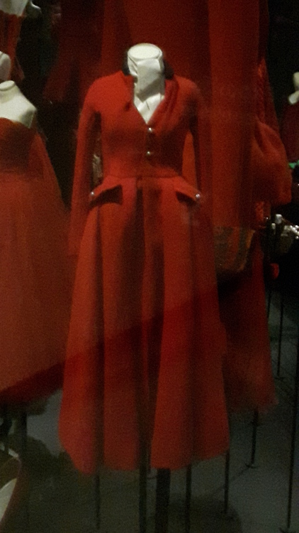Robe miniature rouge type robe-manteau - Exposition Dior 2017