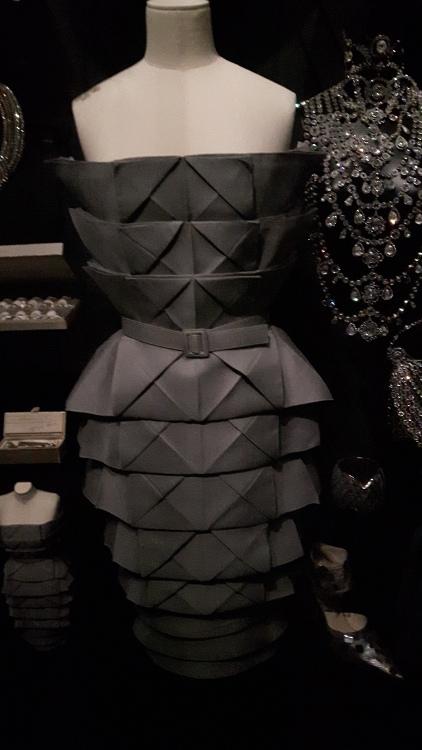 Robe bustier noire avec reliefs triangulaires façon origami - Exposition Dior 2017