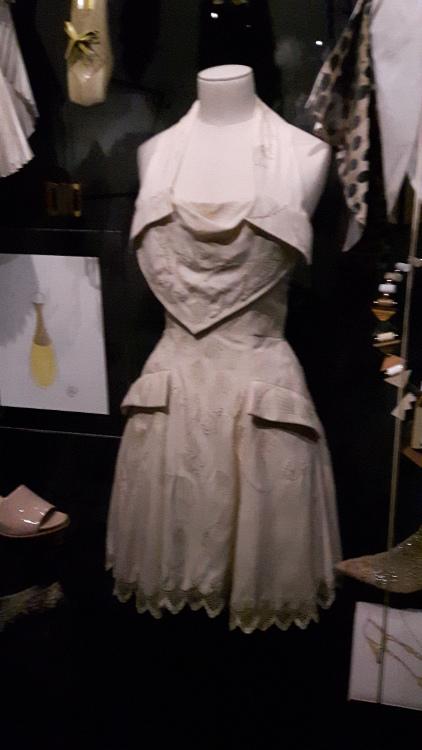 Robe miniature grise avec encolure travaillée et jupe évasée avec grandes poches bas festonné - Exposition Dior 2017