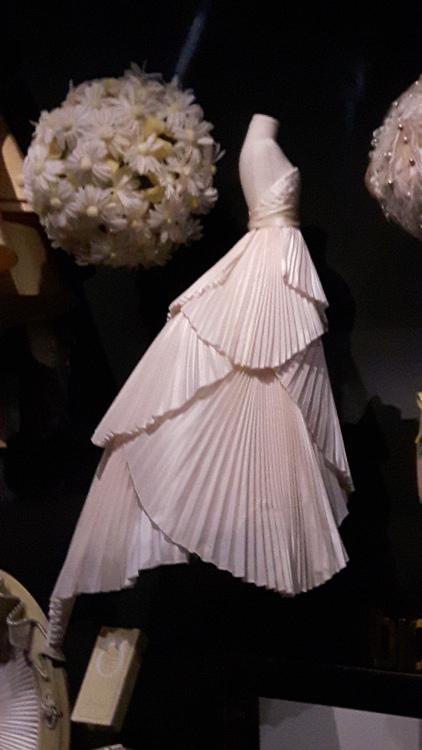 Robe miniature blanche bustier en plis éventail superposés et grande traine- Exposition Dior 2017