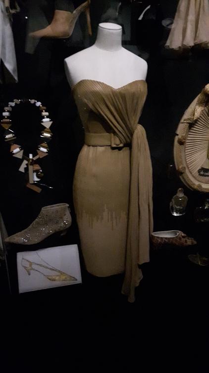 Robe miniature marron drapée devant en biais avec nouage à la taille forme droite bustier - Exposition Dior 2017
