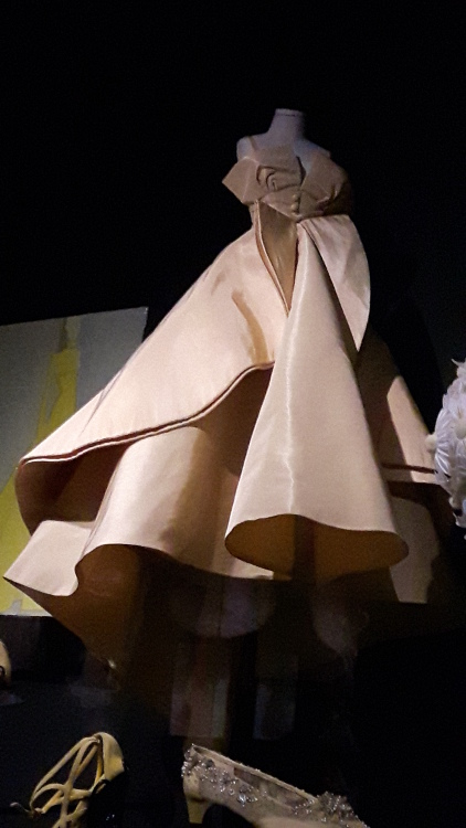 Robe miniature crème avec grand nœud devant et très grande ampleur de bas de robe - Exposition Dior 2017