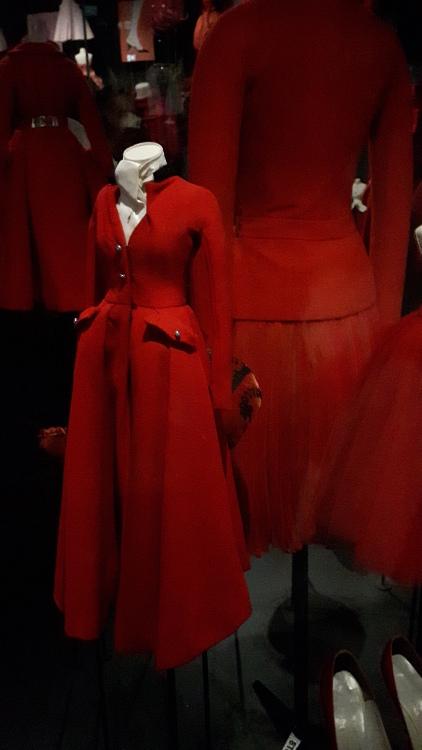Robe miniature rouge type robe-manteau, vue de 2/4 avec col montant noir - Exposition Dior 2017