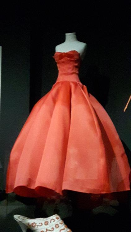 Robe miniature rouge bustier en haut et jupe très ample- Exposition Dior 2017