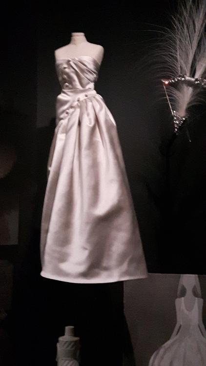 Robe miniature grise bustier devant drapé et ceinture asymétrique - Exposition Dior 2017