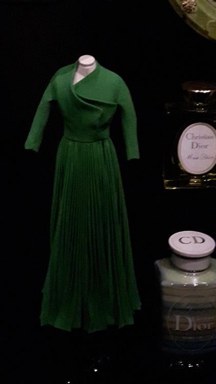Robe miniature verte haut asymétrique et jupe plissée- Exposition Dior 2017