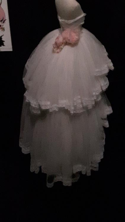 Robe miniature blanche en mousseline brodée avec deux jupons - Exposition Dior 2017
