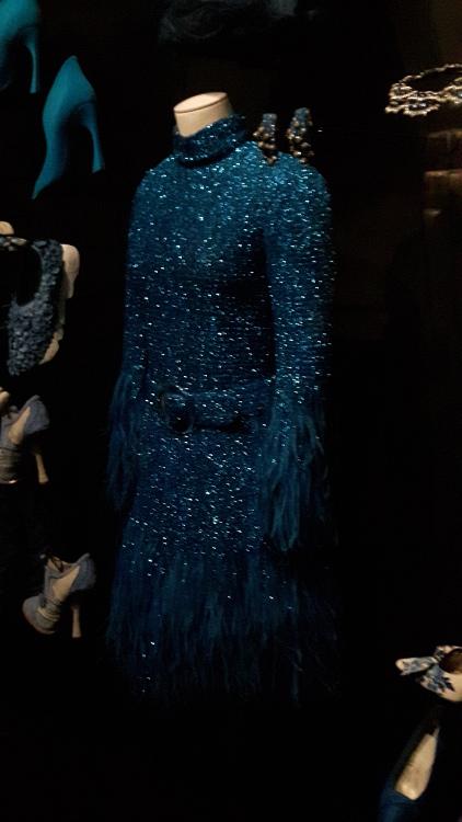 Robe bleu turquoise à paillettes et franges - Exposition Dior 2017