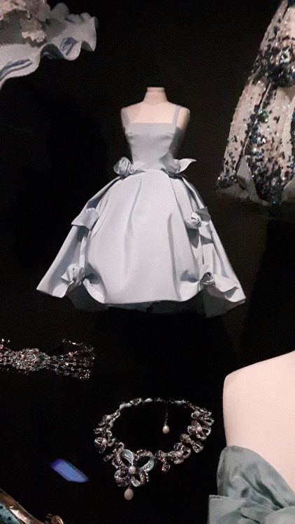 Robe miniature grise haut avec fines bretelles et jupe très ample avec nœuds sur les côtés- Exposition Dior 2017