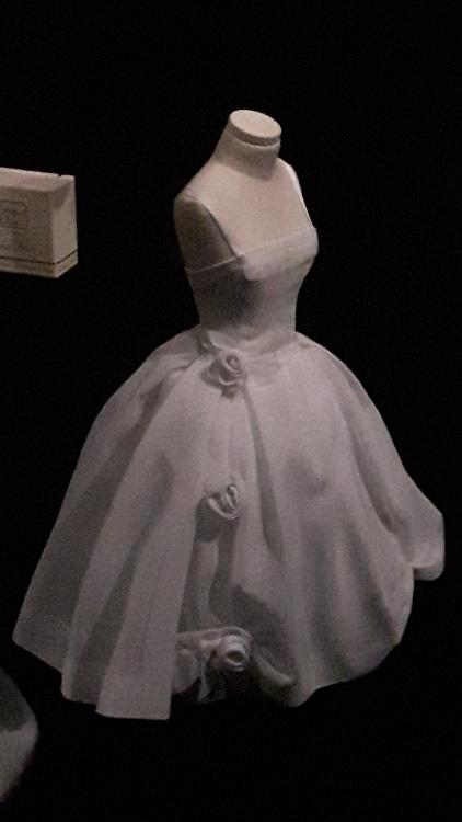 Robe miniature blanche très fluide haut bustier et jupe très ample avec nœuds sur les côtés- Exposition Dior 2017