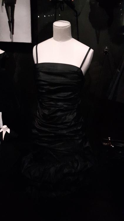 Robe noire avec fines bretelles et buste plissé - Exposition Dior 2017