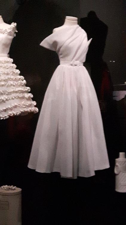 Robe miniature blanche bustier à pointes, ceinture et jupe ample- Exposition Dior 2017