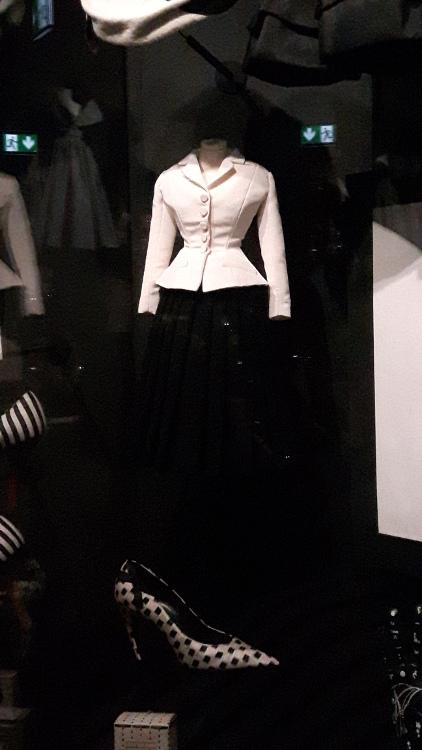 """Tailleur """"bar"""" miniature : veste blanche très cintrée et jupe noire ample- Exposition Dior 2017"""