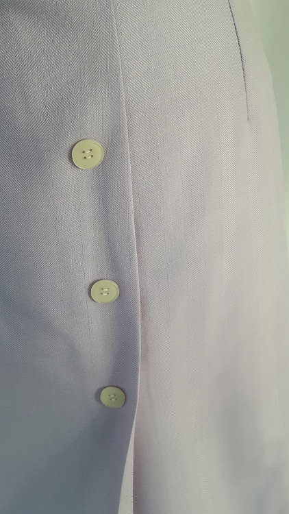 Vue de détail d'une jupe mauve avec pli asymétrique et forme trapèze. Zoom sur le pli - modèle exemple des ateliers Rêve à Soie
