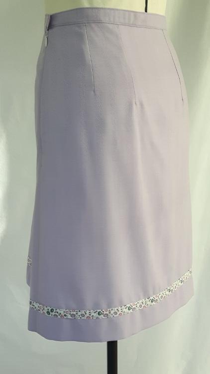 Vue de dos d'une jupe mauve avec pli asymétrique et forme trapèze - modèle exemple des ateliers Rêve à Soie